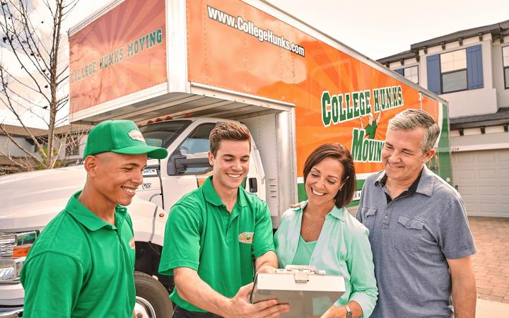 A family working with College HUNKS movers